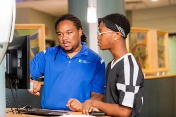 photo of TCC academic advising visiting with a student